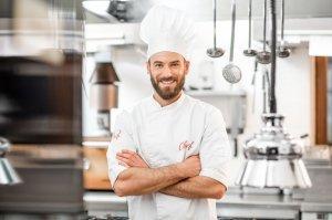 kucharz w kuchni